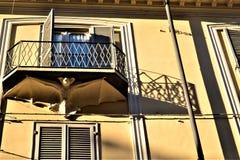 Balcão, simbolismo, bastão e sombras Arte e arquitetura na cidade de Turin, Itália fotografia de stock royalty free