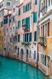 Balcão sobre o canal lateral em Venetia Fotos de Stock Royalty Free