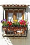 Balcão típico do indicador com as flores em Lisboa fotografia de stock