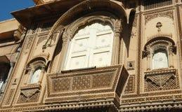 Balcón adornado hermoso de la casa tradicional vieja del rajastani, la India Imagen de archivo