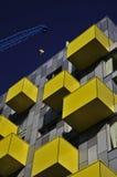Balcón amarillo y grúa azul fotos de archivo