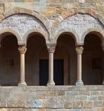 Balcón antiguo con las columnas. Fotografía de archivo