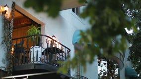 Balcón cómodo iluminado con las linternas, apartamento para el alquiler, propiedades inmobiliarias almacen de video