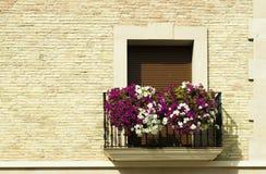 Balcón clásico con las flores foto de archivo