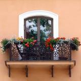 Balcón clásico con las flores Foto de archivo libre de regalías