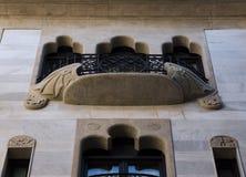 Balcón con alas perfecto en su simetría fotos de archivo