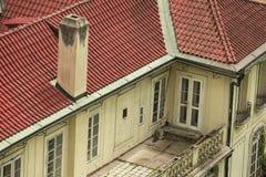 Balcón con el tejado rojo Imágenes de archivo libres de regalías