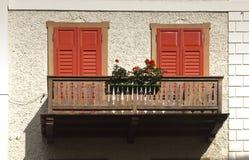 Balcón con las flores, dAmpezzo de la cortina, Italia Fotos de archivo