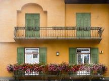 Balcón con las flores, dAmpezzo de la cortina, Italia Imagen de archivo
