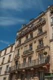 Balcón con las flores en una fachada del edificio y día soleado en el distrito de Montmartre en París Fotos de archivo libres de regalías
