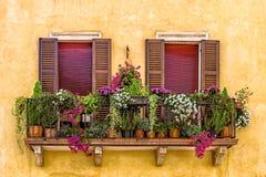 Balcón con las flores en Verona imagenes de archivo