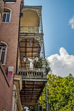 Balcón con las plantas y ángel en el barrio francés Foto de archivo libre de regalías