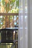 balcón con las sillas de mimbre Imagenes de archivo