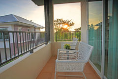 Balcón con las sillas y la tabla blancas de casa de lujo Imagen de archivo libre de regalías