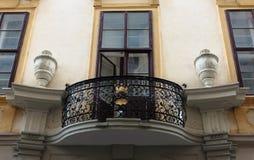Balcón con lattica en la casa antigua Fotografía de archivo libre de regalías