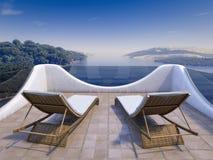 Balcón con opiniones del mar y dos sillas imagen de archivo