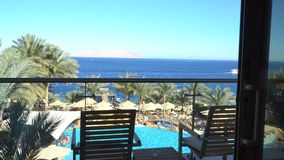 Balcón con opiniones hermosas del mar almacen de metraje de vídeo