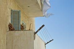 Balcón concreto con los obturadores de la turquesa. Imágenes de archivo libres de regalías