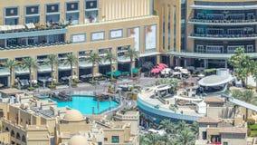 Balcón de la alameda de compras y piscina del timelapse de las fuentes en Dubai, United Arab Emirates metrajes