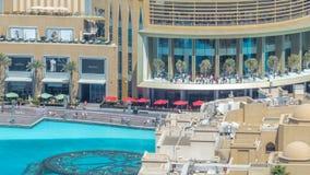 Balcón de la alameda de compras y piscina del timelapse de las fuentes en Dubai, United Arab Emirates almacen de metraje de vídeo