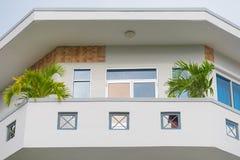 Balcón de la bahía en casa del color claro Imagen de archivo