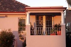 Balcón de la casa de ciudad en luz de la mañana Imagen de archivo libre de regalías
