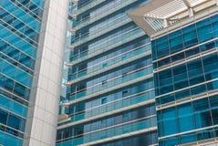 balcón de la construcción de viviendas moderna en la ciudad céntrica Foto de archivo