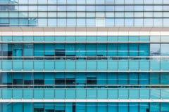 balcón de la construcción de viviendas moderna en la ciudad céntrica Imagen de archivo
