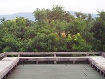 Balcón de la terraza del espacio abierto con el área multifuncional al aire libre imagen de archivo libre de regalías