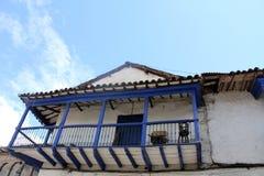 Balcón de madera azul de una casa colonial vieja Imagen de archivo libre de regalías