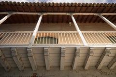Balcón de madera colonial en Honda Colombia Fotografía de archivo libre de regalías