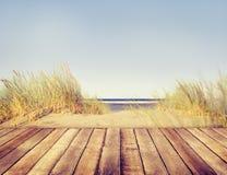Balcón de madera del tablón de la playa imágenes de archivo libres de regalías