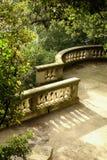 Balcón de piedra en un parque verde fotografía de archivo libre de regalías