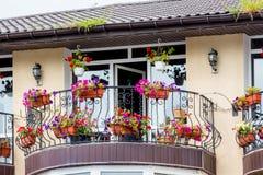 Balcón de un edificio moderno, adornado con las flores en potes MES imagen de archivo libre de regalías