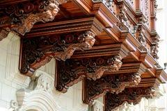 Balcón decorativo tallado de madera hermoso del palacio del arzobispo de Lima, alcalde de la plaza, Lima, Perú imagen de archivo
