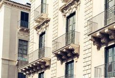 Balcón del edificio barroco viejo en Catania, arquitectura tradicional de Sicilia, Italia imagen de archivo