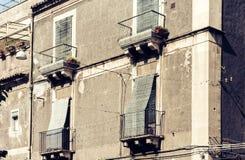 Balcón del edificio barroco viejo en Catania, arquitectura tradicional de Sicilia, Italia fotos de archivo