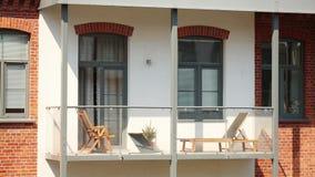 Balcón del edificio del desván en la ciudad almacen de video