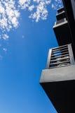 Balcón del edificio en el cielo azul Imagen de archivo