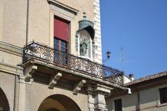 Balcón del edificio medieval viejo en la plaza Cavour Fotografía de archivo libre de regalías