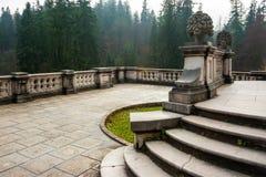 Balcón del jardín ornamental del castillo de Peles, Sinaia, Rumania Landmar Imagen de archivo