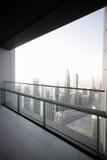 Balcón en el rascacielos de Dubai Fotografía de archivo libre de regalías