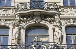 Balcón en la casa de Jugendstil en Riga Fotos de archivo