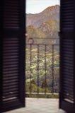 Balcón en un fondo de montañas Imagen de archivo libre de regalías