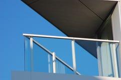 Balcón en una casa moderna   Foto de archivo libre de regalías