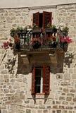 Balcón florecido en Kotor Imágenes de archivo libres de regalías