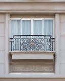 Balcón forjado en el edificio de piedra Foto de archivo