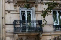 Balcón francés en el edificio en París Fotos de archivo