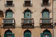 Balcón histórico y Windows en Bassano Imagenes de archivo
