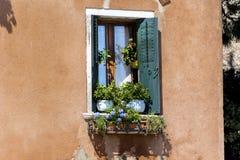 Balcón italiano del vintage hermoso con las flores del pote Imágenes de archivo libres de regalías